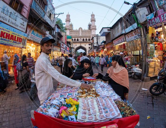 Street shopping in Laad Bazaar