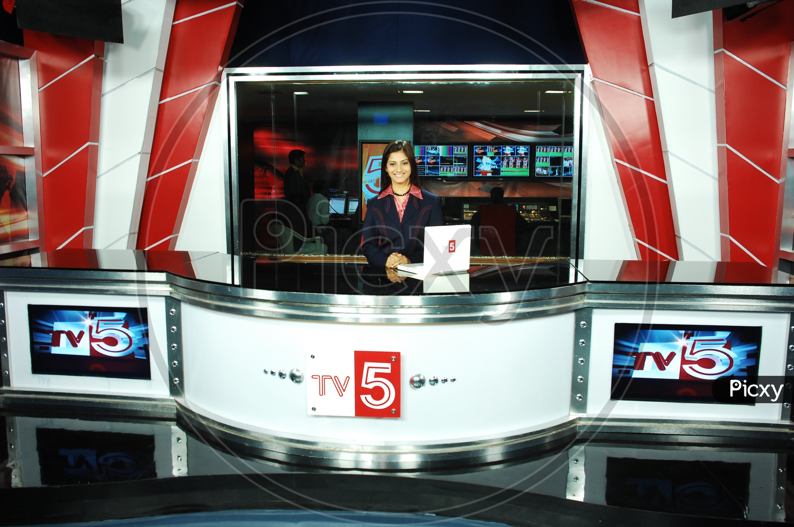 TV 5 News Reader