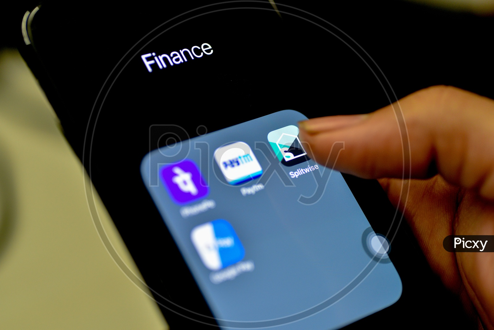 Online Payment Apps Of Upi ,Bhim Or Wallet Installed Icons On Smartphone Screen Closeup  With Finger On Splitwise  App