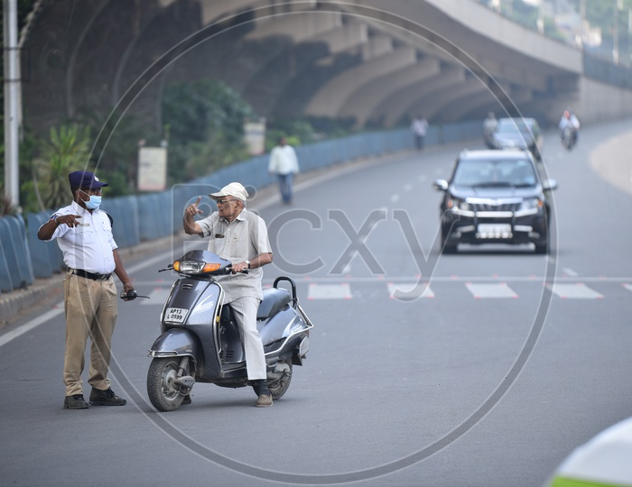Hyderabad Traffic Police Stopping The Commuters And Diverting Them From Tank Bund  Road in the Wake Of TSRTC JAC , Congress And Other Political Parties  Called For A Million March