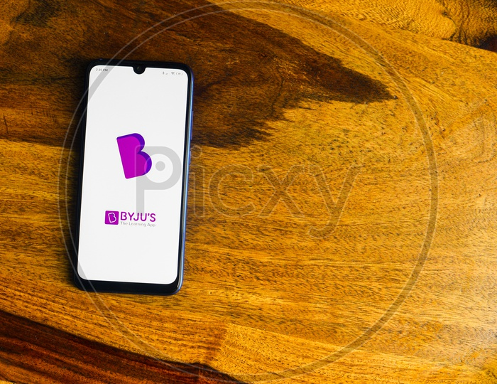 BYJUS OR BYJU'S The Learning  App Using  on Smartphone Or Mobile screen  Closeup