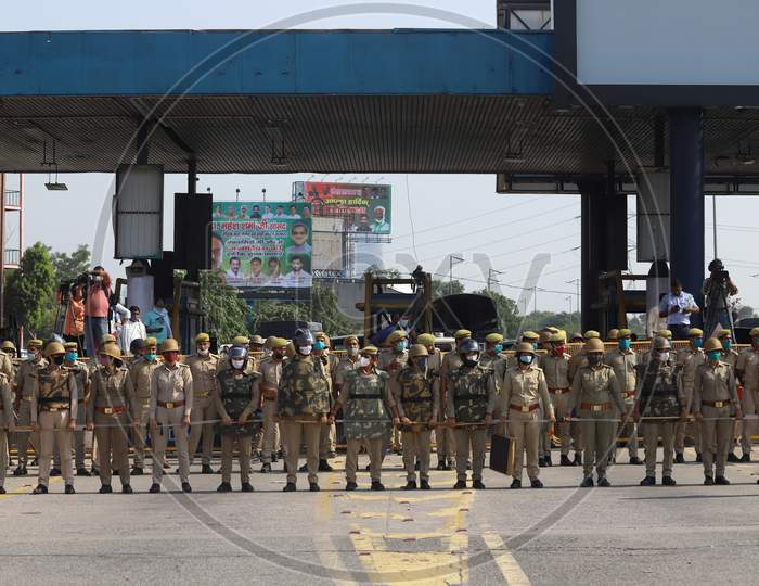 Uttar Pradesh Police personnel stand guard as they block the DND Flyway before an expected visit of Congress leaders Rahul Gandhi to the family members of the victim of the alleged gang-rape in Bool Garhi village of Uttar Pradesh state, in New Delhi on October 3, 2020.