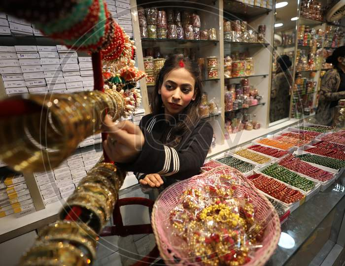 Women shop for bangles on the eve of Hindu festival Karva Chauth at Patel bazzar in Jammu ,31 october.2020.