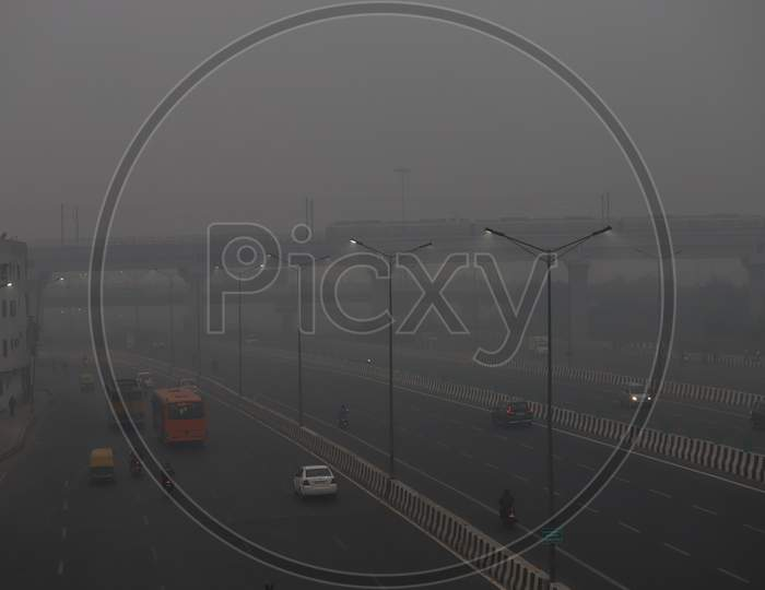 Traffic under heavy smog conditions near Akshardham in New Delhi on November 9, 2020.