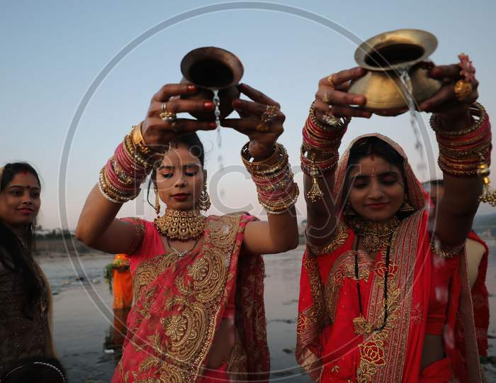 Devotees perform rituals on the banks of  river Tawi on the occasion of 'Chhath Puja' in Jammu,20 NOVEMBER,2020.