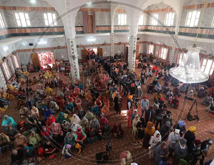 Devotees offers prayers at a gurudwara on the occasion of Guru Nanak Dev Jayanti, in Jammu,30 November,2020.