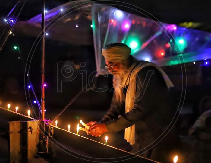Farmers protesting at New Delhi- Haryana's Singhu border lighted candles to celebrate Prakash Purb, the birth anniversary of first Sikh master, Guru Nanak Dev.