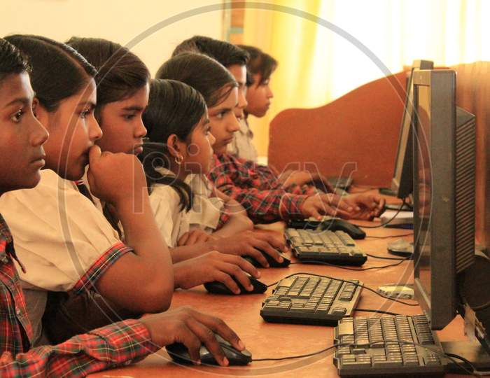 Kids of DAV public school learning computer