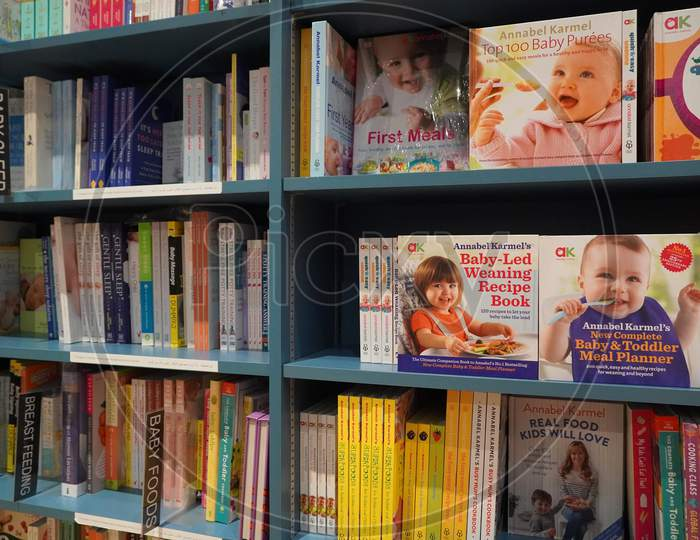 Bookshelf In Library With Many Parenting Books For Sale. Parenting, Toddler Guidebooks. Children Books. Toddler Books. What To Expect When You Are Expecting. Pregnancy Guide - Dubai Uae December 2019