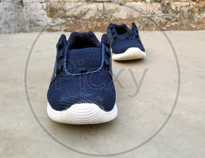 mens sport shoes put on the road