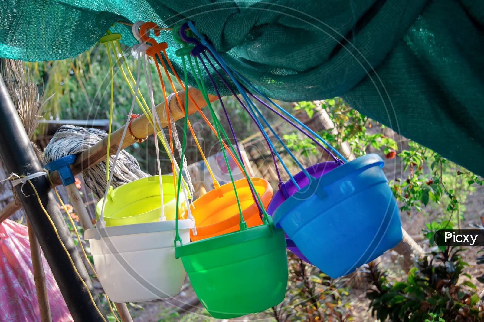 Hanging Round Plastic Pots (Mix Color)