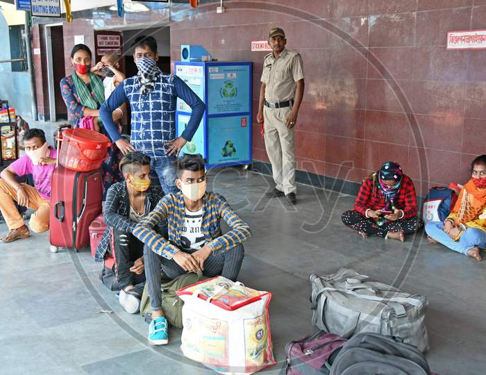 Migrant workers stranded due to lockdown in the emergence of Novel Coronavirus (COVID-19) have returned to their home state (West Bengal) on a 'Shramik Special' train from other states.