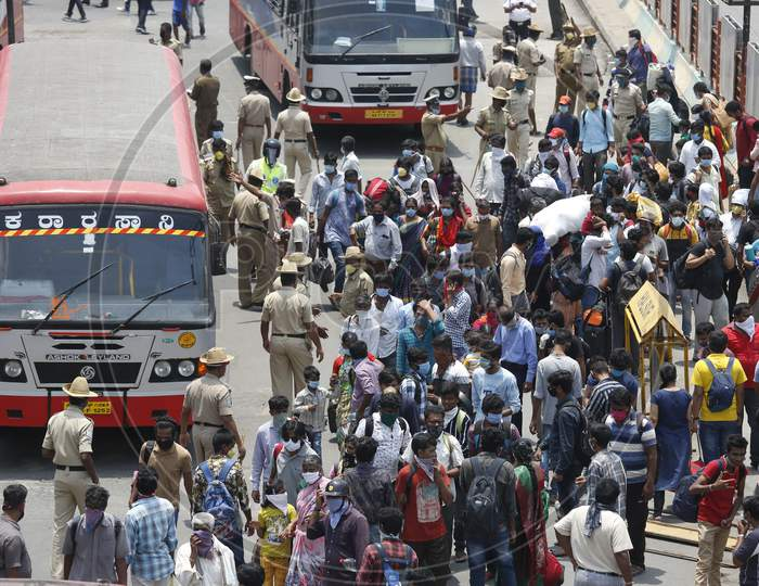 People walk to board public transport buses during the nationwide lockdown to stop the spread of Coronavirus (COVID-19) in Bangalore, India, May 03, 2020.