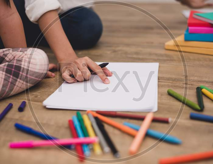 Closed Up Hands Of Mom Teaching Little Children To Drawing Cartoon In Art Class With Color Pen. Back To School And Education Concept. Family And Home Sweet Home Theme. Preschool Kids Theme