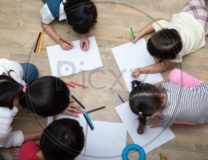 Group Of Preschool Student And Teacher Drawing On Paper In Art Class. Back To School And Education Concept. People And Lifestyles Theme.  Room In Nursery