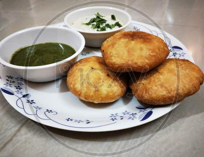 Fried litti with green chutney