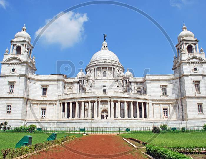 wide view of victoria memorial kolkata
