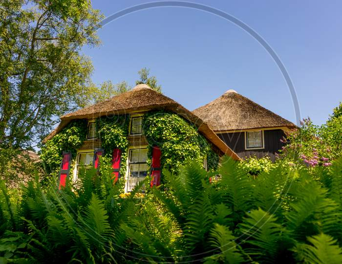 Giethoorn, Netherlands - 26 May: A Facade Of An Old Cottage House At Giethoorn On 26 May 2017. Giethoorn Is The Venice Of Netherlands
