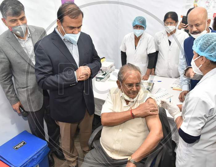 A nurse administers the COVID-19 vaccine to a frontline worker, after the virtual launch of COVID-19 vaccination drive by Prime Minister Narendra Modi at GMCH hospital in Guwahati on Jan 16,2021.