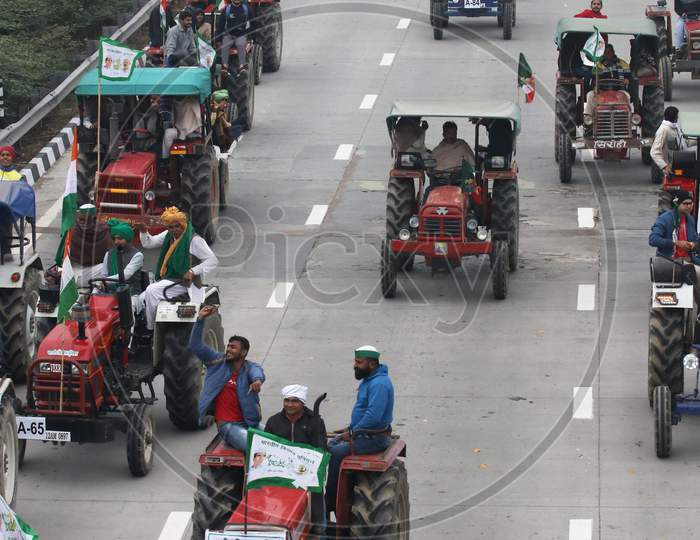Farmers take part in a tractor rally to protest against new farm laws at Ghaziabad, in Uttar Pradesh, India on January 07, 2021. The Indian farmers who have blockaded key highways for weeks say they will continue their protests against new agricultural laws.